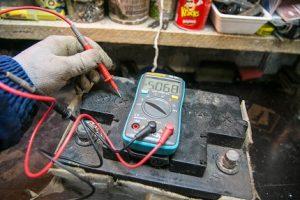 Comprobación de la caja de la batería para detectar fugas de corriente.