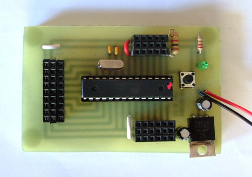 """Arduino """"al mínimo"""": cuarzo, condensadores y poco más."""