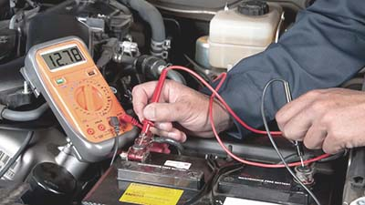 comprobando la tension de la bateria con multimetro